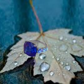 Sortija Garden _Oro Blanco 18 K. Zafiro Azul y Topacios Azul Cielo