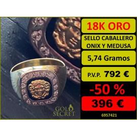 Sello Caballero Tv Ónix con Orla de Circonitas y Medusa Central Oro 18 Kilates